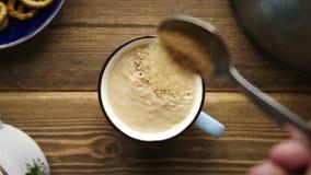 Derrame o açúcar de bastão da colher na xícara de café com leite video estoque