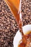 Derrame o café e os café-feijões Fotos de Stock Royalty Free
