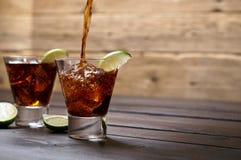 Derrame o libre de Cuba do rum e da cola fotografia de stock