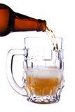 Derrame um vidro da cerveja Fotos de Stock
