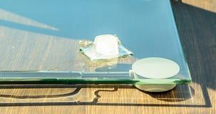 Derretimento do cubo de gelo na superfície do vidro filme