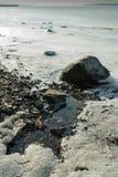 Derretimento do gelo com a chegada da mola na praia congelada imagens de stock