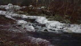 Derretimento do gelo do córrego da primavera video estoque