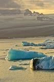 Derretimento dos iceberg na lagoa da geleira de Jokulsarlon no por do sol fotografia de stock royalty free