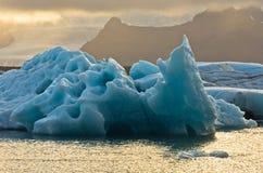 Derretimento dos iceberg na lagoa da geleira de Jokulsarlon no por do sol fotos de stock