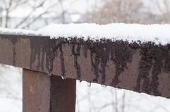 Derretimentos da aproximação amigável e da neve da mola nos corrimões Mola bem-vinda imagens de stock
