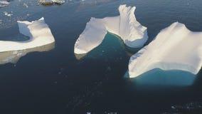 Derretimiento del iceberg en top claro del abejón del océano abajo de la visión almacen de metraje de vídeo