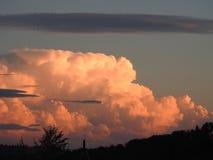 Derrière ce grand nuage de pluie et de tempête, le soleil semble vouloir retourner Images libres de droits
