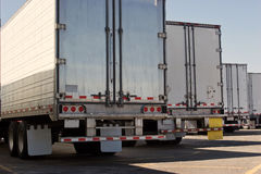 Derrière des remorques de camion Images libres de droits