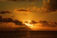 derrière des sunrays de gris de nuages Images stock