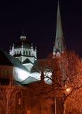 Derrière l'église la nuit photos stock