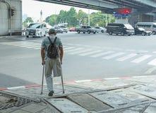 Derrière l'homme handicapé image stock