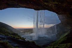Derrière la cascade en Islande Images libres de droits