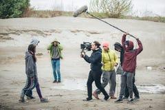 derrière la scène Scène de film de pelliculage d'équipe de tournage extérieure image libre de droits