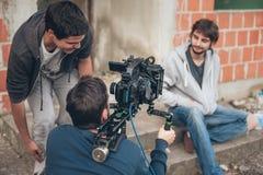 derrière la scène Scène de film de pelliculage d'équipe de tournage extérieure photos stock