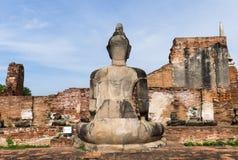 A derrière la statue de Bouddha à Ayutthaya en Thaïlande Images stock