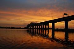 derrière le coucher du soleil de passerelle Photos stock