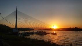 derrière le coucher du soleil de passerelle Images libres de droits