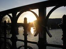 derrière le coucher du soleil de passerelle Image libre de droits