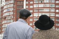 Derrière les couples aînés et la nouvelle maison Photo stock