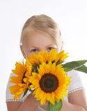 Derrière les fleurs image stock