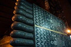 Derrière les orteils du Bouddha géant images libres de droits