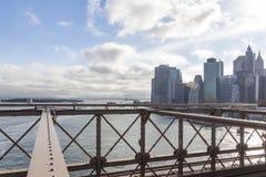 Derrière les structures métalliques du pont de Brooklyn vous pouvez voir les gratte-ciel de Manhattan et dans la distance la stat photo stock