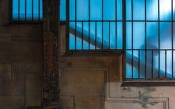 Derrière une fenêtre bleue