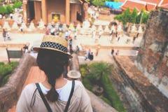 Derrière une fille qui marchant dans l'endroit d'histoire Photos stock