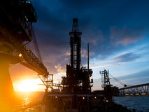 Derrick της τρυφερής τρυπώντας με τρυπάνι πλατφόρμας άντλησης πετρελαίου Assited Στοκ φωτογραφίες με δικαίωμα ελεύθερης χρήσης