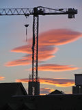 Derrickkran mit rotem Himmel stockfotografie