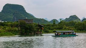 Derrota turística popular y el paisaje famoso de los picos del karst al lado del pueblo de la minoría en Yangshuo Shangri-La, Bai imágenes de archivo libres de regalías