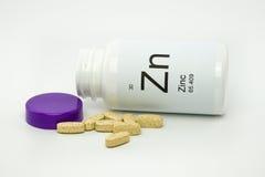 Derrubado sobre a garrafa de vitaminas do zinco Fotos de Stock Royalty Free