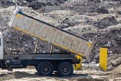 Derrubando o caminhão no canteiro de obras imagem de stock royalty free