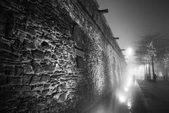 Derry City Wall in een Mistige Nacht met Kerstmislichten  royalty-vrije stock afbeeldingen