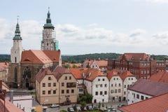 Dertiende-eeuwkerk en een fragment van de oude stad in Zlotoryja Stock Afbeeldingen