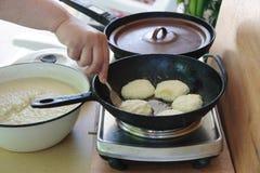Deruny (Oekraïense aardappelpannekoeken) Royalty-vrije Stock Afbeeldingen