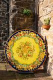 Deruta, een stad in Umbri? beroemd voor zijn artistieke met de hand gemaakte en geschilderde keramiek, Itali? royalty-vrije stock fotografie