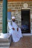 Derviche de Bektashi s'asseyant sur un mur de tekke Photos stock