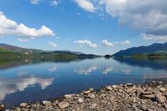 Derwent озера Cumbria Англия Великобритания к югу от летнего дня голубого неба Keswick красивого спокойного солнечного Стоковое Изображение RF