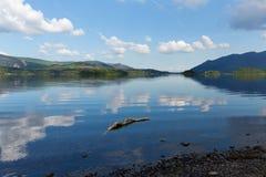 Derwent vatten Cumbria England UK för område för sjö söder av dagen för sommar Keswick för blå himmel den härliga lugna soliga Royaltyfri Bild