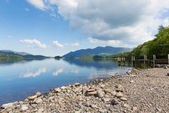 Derwent vatten Cumbria England UK för område för sjö söder av dagen för sommar Keswick för blå himmel den härliga lugna soliga Fotografering för Bildbyråer