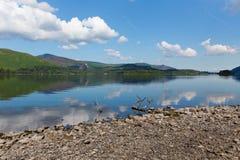 Derwent Water湖区英国在凯西克蓝天美好的镇静晴朗的夏日南部 免版税库存照片