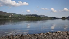 Derwent Water湖区英国在凯西克蓝天美好的镇静晴朗的夏日南部 股票录像