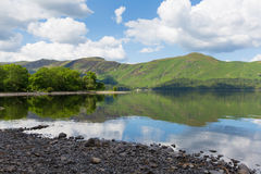Derwent Water湖区Cumbria英国英国在凯西克蓝天美好的镇静晴朗的夏日南部 库存图片