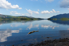 Derwent Water湖区Cumbria英国英国在凯西克蓝天美好的镇静晴朗的夏日南部 免版税库存图片