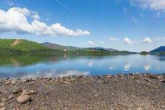 Derwent Water湖区Cumbria英国英国在凯西克蓝天美好的镇静晴朗的夏日南部 免版税图库摄影