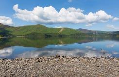Derwent Water湖区Cumbria英国英国在凯西克蓝天美好的镇静晴朗的夏日南部 库存照片