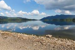 Derwentwater Cumbria England UK för sjöområde söder av dagen för sommar Keswick för blå himmel den härliga lugna soliga Royaltyfri Foto