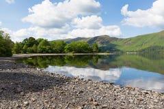 Derwentwater Cumbria England UK för sjöområde söder av dagen för sommar Keswick för blå himmel den härliga lugna soliga Royaltyfria Foton